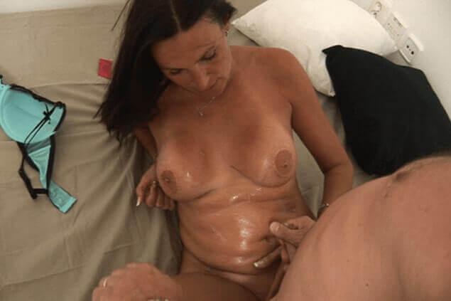 Swinger Pornobild zeigt geile Milf mit vollgewichste  Titten
